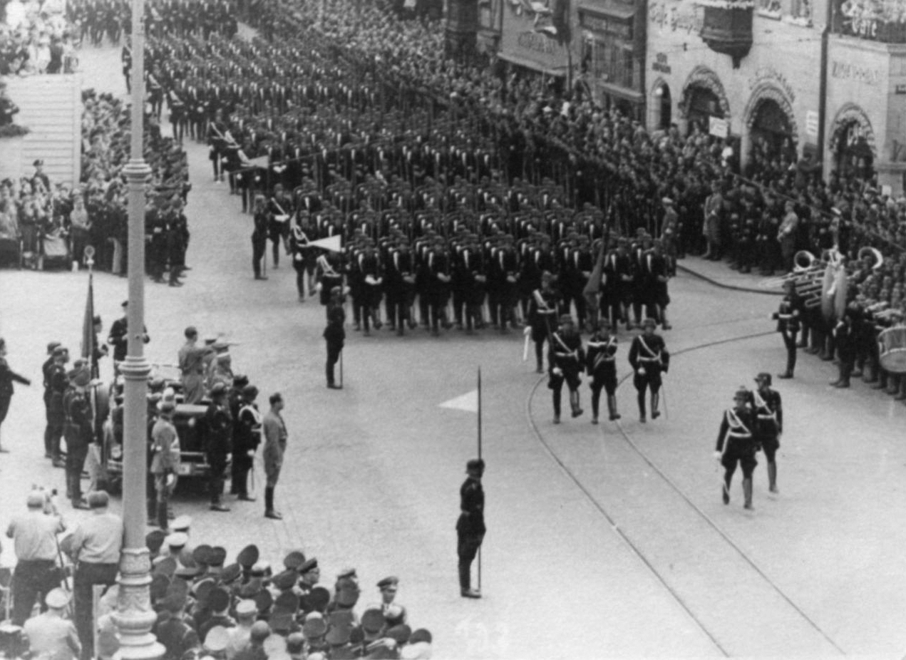 Adolf Hitler salutes the SA march at the 1936 RPT