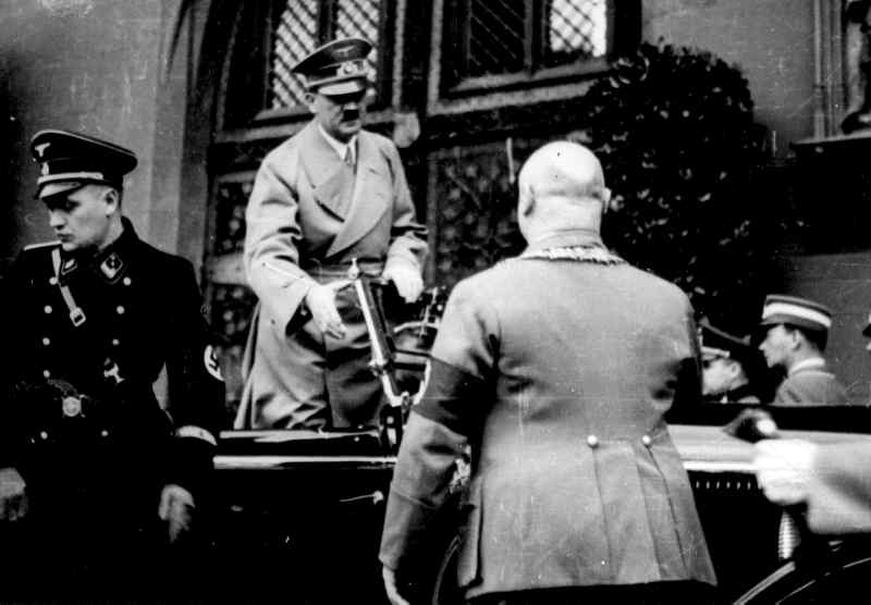 Mayor Krebs salutes Adolf Hitler in Frankfurt