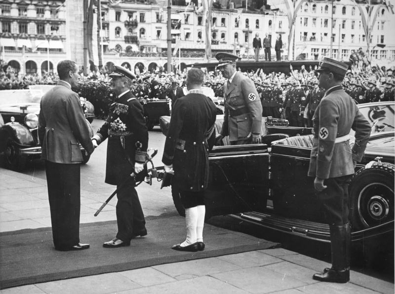 Miklos Horthy is greeted by mayor Krogmann in front of Hamburg's town hall