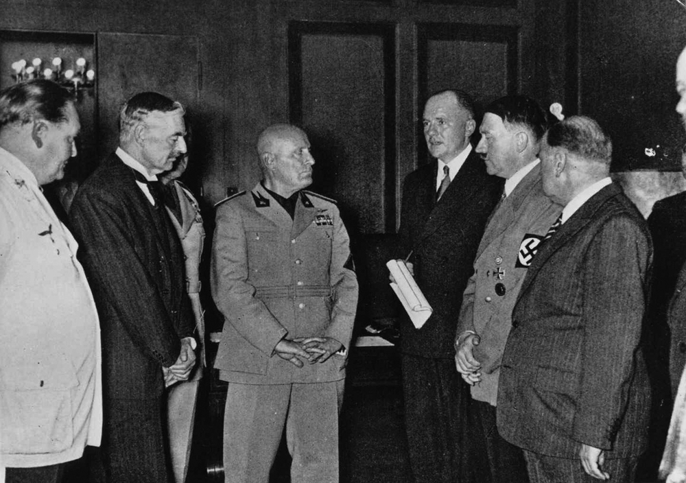 Hermann Göring, Neville Chamberlain, Benito Mussolini, Paul Schmidt, Adolf Hitler and Édouard Daladier during the negociations of the Munci conference