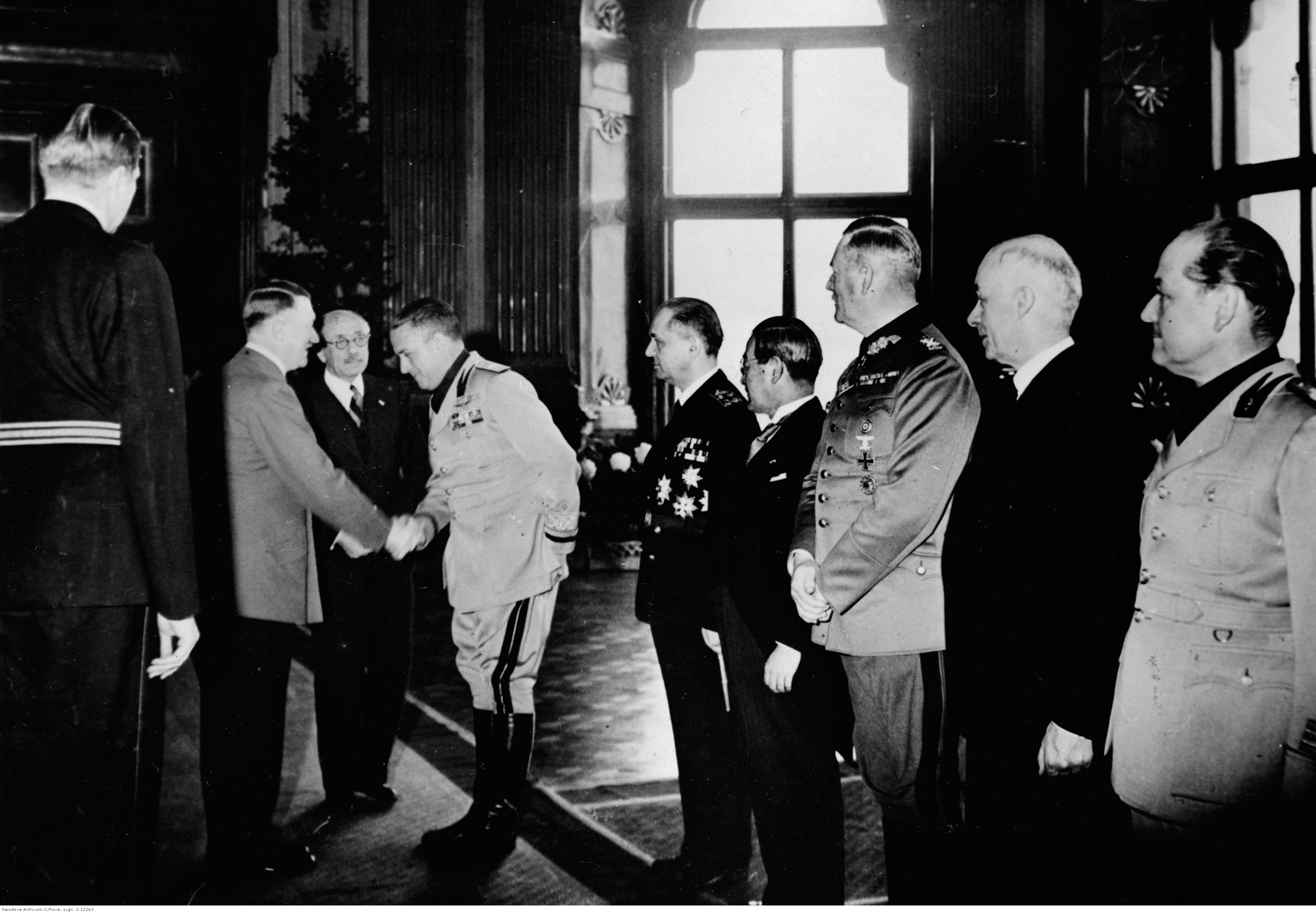 Adolf Hitler greets the representatives of the Tripartite Pact in Vienna, Pál Teleki, Döme Sztójay and István Csáky (Hungary), Galeazzo Ciano (Italy), Saburo Kurusu (Japan) et Dome Sztojay
