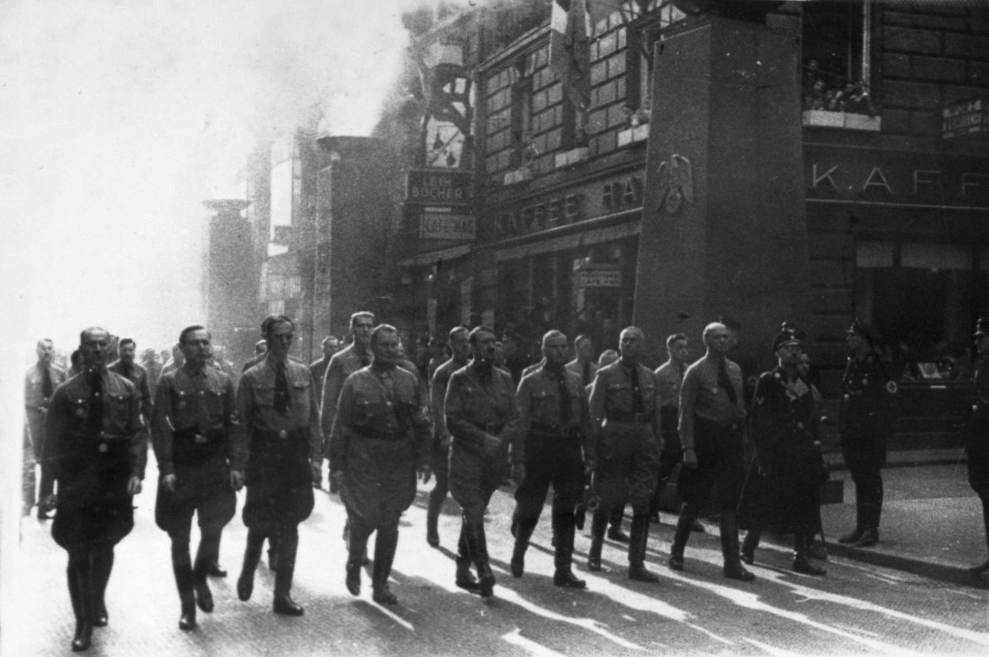 Hitler and the old fighters at the reenactment of Munich's Putsch