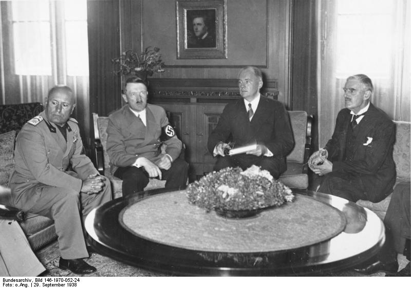 During the negotiations at the Führerbau w. Benito Mussolini, Hermann Göring, Paul Otto Schmidt, Neville Chamberlain