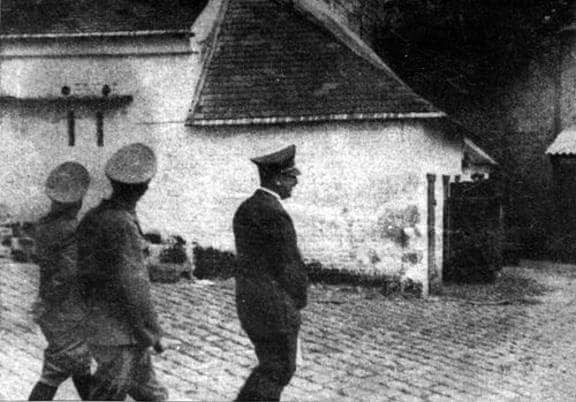Adolf Hitler visits a farm in Cerny-lès-Bucy in France